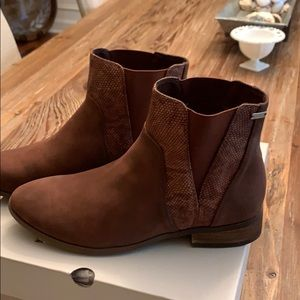 Roxy boots New with box size 8.5 (but fit as 8)